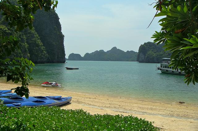 Une plage dans la baie de Lan Ha, pres de l'ile de Cat Ba