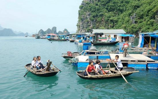 Les villages de pêcheurs dans la baie de Lan Ha