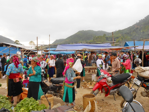 Un marché ethnique à Ha Giang
