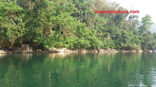 Ballade en bateau au lac Ba Be Vietnam