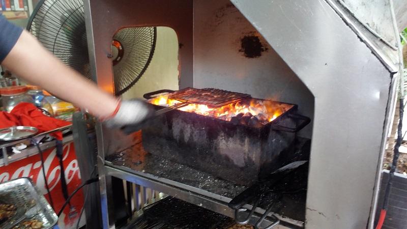 Griller du porc au charbon de bois