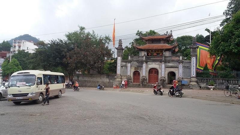 Bac-Ha-Vietnam-les-meilleurs-astuces-pour-voyager-devant-temple-Bac-Ha