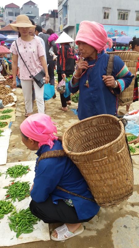 ethnies minoritaires au marche de Bac Ha du dimanche matin1