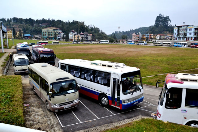 Les bus chargés de touristes font la queue à Sapa