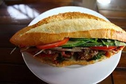 Hoi-An-plats-typiques-sandwich-vietnamien-banh-mi-Phuong