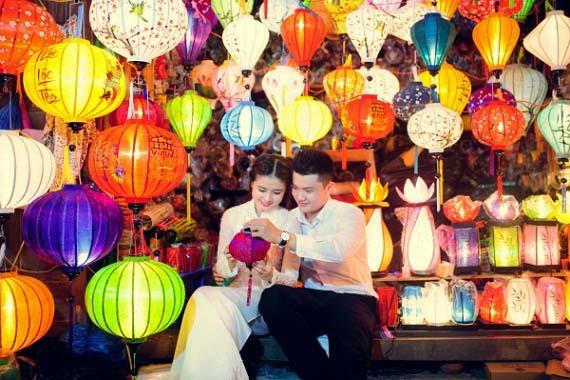 autoportrait devant des lanternes Hoi An