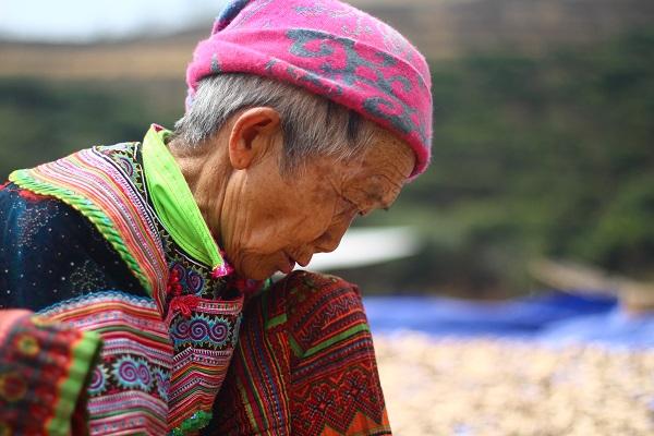 une femme Hmong bariolé à Hoang Su Phi